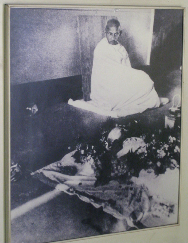 1944gandhi-at-kasturbas-dead-body
